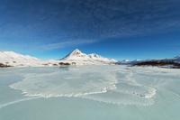 カナダ 凍りついたブラックストーンリバーとエンジェルピーク