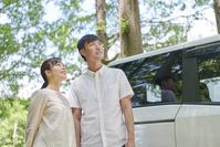 車で出かける夫婦