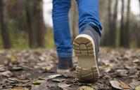 ハイキングする男の子