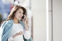 電話する日本人女性