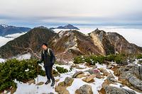 観音ヶ岳から薬師ヶ岳に向かう登山者
