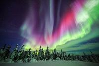アメリカ 極北アラスカに舞う赤のオーロラ