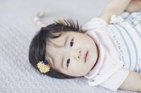 見つめる日本人の赤ちゃん