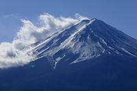山梨県 河口湖から雲たなびく富士山