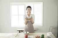 お菓子作りをする20代日本人女性