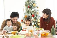 クリスマスパーティーをする日本人家族