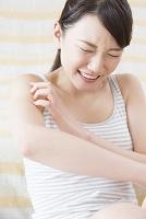 腕のかゆみを訴える日本人女性