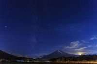 山梨県 富士山登山道のライトアップと天の川 満月