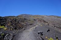 静岡県 富士山七合目の登山道と富士山頂