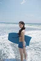 ボディボードを持つ水着日本人女性