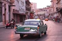 キューバ ハバナの夕暮れ 車