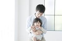 抱っこをして遊ぶ父親と子供