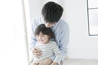 一緒に座る父親と子供