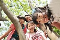 下を見て笑ってる日本人の女の子