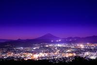 神奈川県 弘法山公園から秦野市街と富士山の夜景