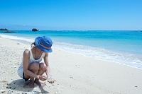 奄美大島 貝殻を拾う女性