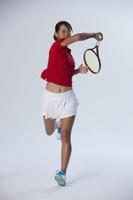フォアハンドをするテニスプレーヤー