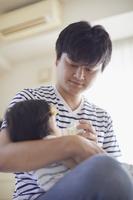 赤ちゃんの世話をする父親