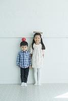 リンゴを頭に乗せた男の子と日本人の女の子