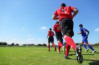 ピッチに向かうサッカー選手