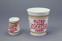 カップ麺の容器 圧力で圧縮される