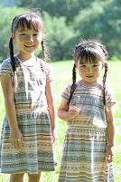 白ツメ草を持つ姉妹