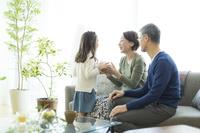 孫からプレゼントを貰う日本人のシニア夫婦