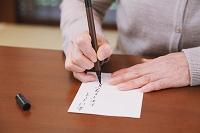年賀状を書く女性の手元