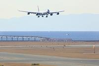 愛知県 中部国際空港 スカイデッキから見る着陸する飛行機と鈴...