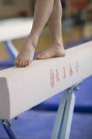 平均台を歩く体操選手の足元