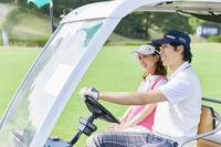 ゴルフカートを乗るカップル