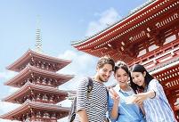 外国人観光客と記念撮影