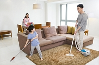 掃除をしている家族