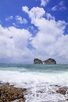 和歌山県 荒波の円月島