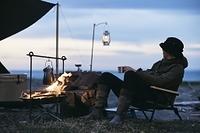 ソロキャンプを楽しむ日本人男性