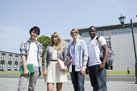 校内の道に並ぶ大学生と留学生