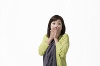 口に手をあてる中高年日本人女性