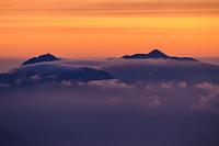 唐松岳山頂から見る朝焼けの雲海と焼山