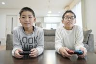 ゲームで遊ぶ日本人の子供