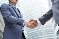 握手するビジネスマンたち