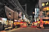 東京都 ガード下の飲み屋街の夜景