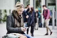 スマートフォンを見る外国人