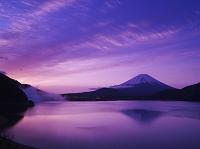 山梨県 本栖湖と朝の富士山