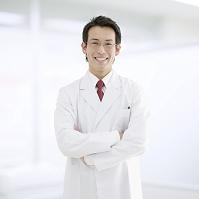 腕を組む医師