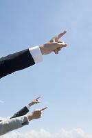 指をさす社会人の腕
