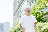 ジョギングを楽しむ中高年男性