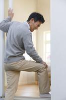 膝の激痛に堪える中年男性