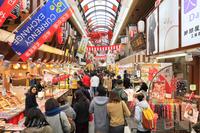 大阪府 外国人観光客で賑わう黒門市場