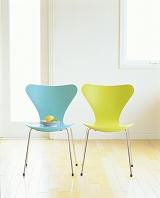 2脚のグリーンの椅子