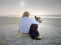 外国人男性と犬 海